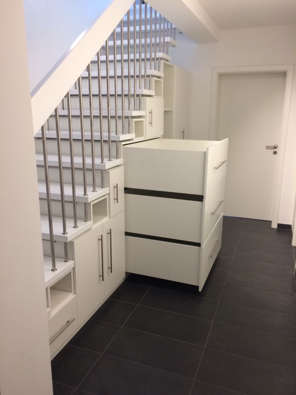 einbauschrank unter einer treppe in berlin zehlendorf stauraumfabrik. Black Bedroom Furniture Sets. Home Design Ideas